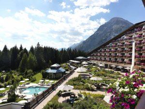 05_Außenansicht mit Alpengarten und Pool