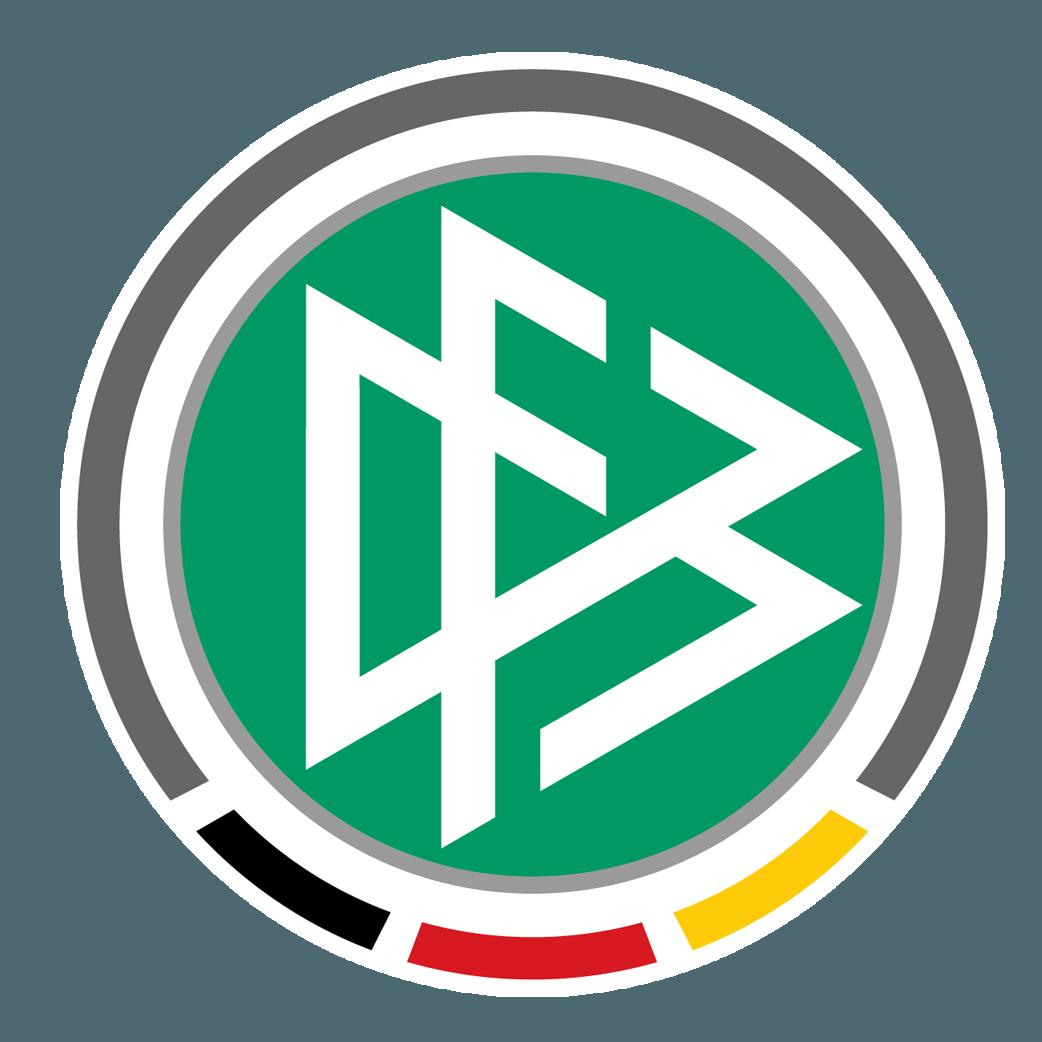 Ein weißer Hintergrund mit dem Logo des Deutschen Fußball Bundes. Das Logo ist rund und der äußere Rahmen ist grau. Im unteren Bereich ist der graue Rahmen jedoch zu Ende und der untere Bereich wird mit kleinen schwarzen, roten und gelben Abschnitten gefüllt. Im Inneren ist ein günner grauer runder Rahmen. Innerhalb dieses Rahmens ist ein grüner Untergrund. Auf diesem grünen Untergrund sind drei weiße Dreiecke, die alle jeweils einen kleinen offenen Bereich haben und übereinander liegen.
